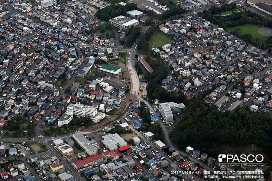 札幌市清田区里塚 噴砂により、道路を覆う土砂