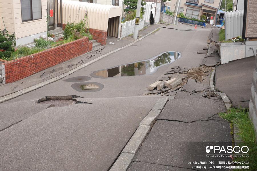 札幌市清田区里塚一条1丁目~2丁目付近 道路及び宅地地盤に1m以上の沈下が発生している。噴砂は殆ど確認されない。