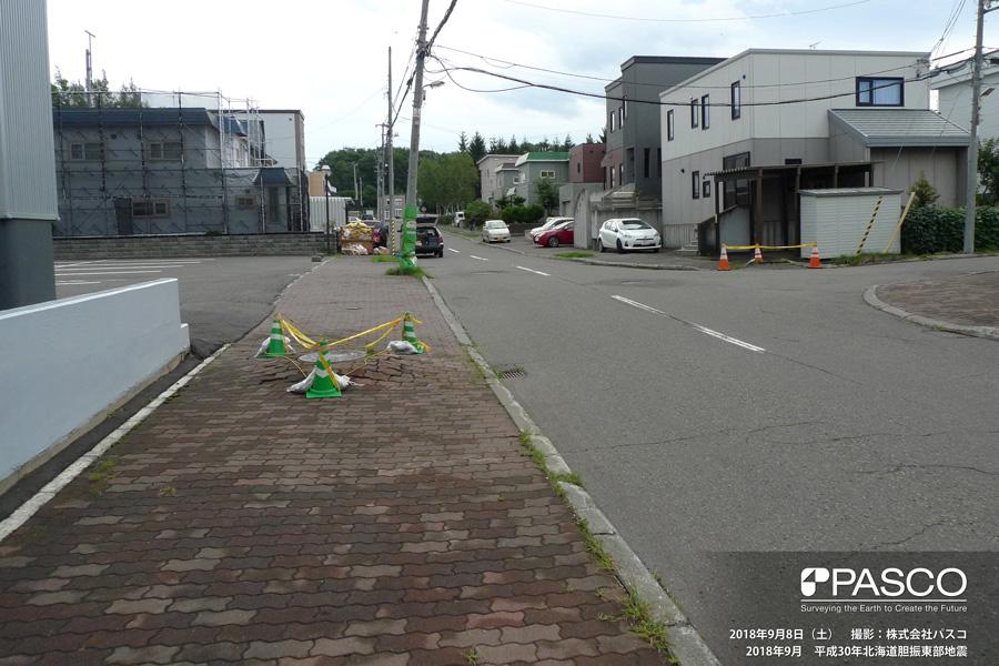 札幌市清田区美しが丘四条7丁目~一条7丁目付近 マンホールが抜け上がる。地盤の液状化による沈下が発生したと推定される。