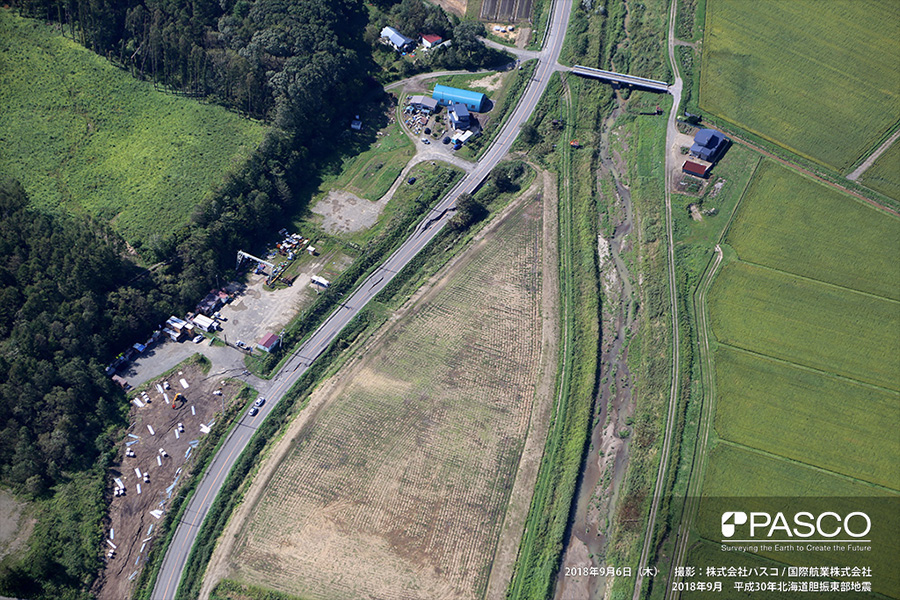 厚真町新町 道路に連続する亀裂。液状化による側方流動に伴う亀裂と思われる