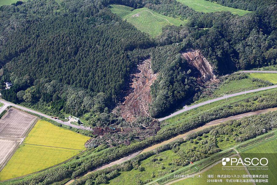 厚真町朝日 県道235号沿いで発生した崩壊。流出した土砂で覆われた道路