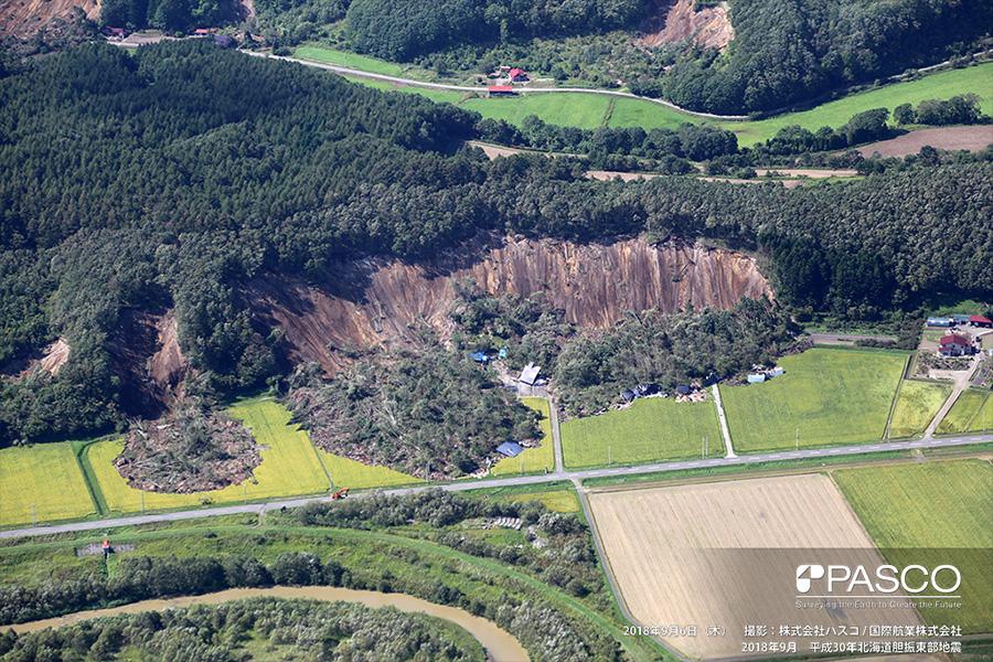 厚真町桜丘 斜面崩壊で流下し、家屋を巻き込みながら道路に迫る土砂