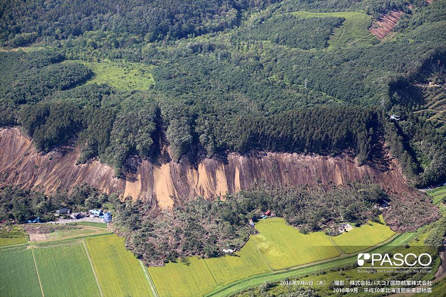 厚真町桜丘 崩壊により広範囲にわたって寸断された道路