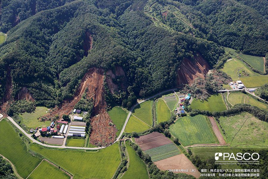 厚真町高丘 斜面下部に堆積している崩壊土砂と寸断されている道路
