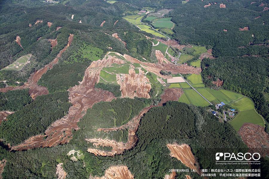 厚真町高丘 斜面崩壊による土砂が住宅地や耕作地へ流入