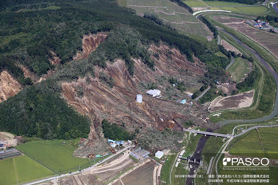 厚真町富里 斜面崩壊による土砂は家屋・道路等を覆い、一部は厚真川へ流入