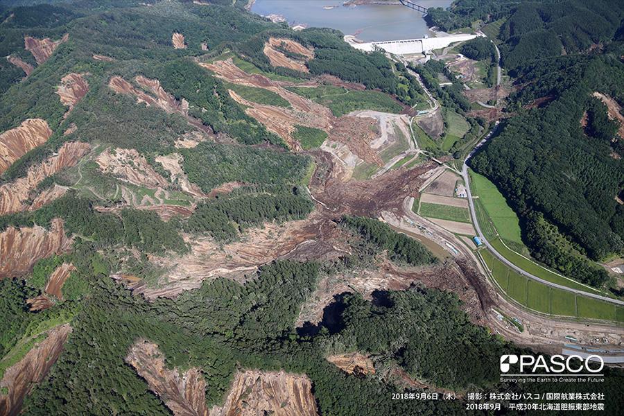 厚真町幌内 厚幌ダム直下で、厚真川の河道閉塞や道路への土砂流入が生じている