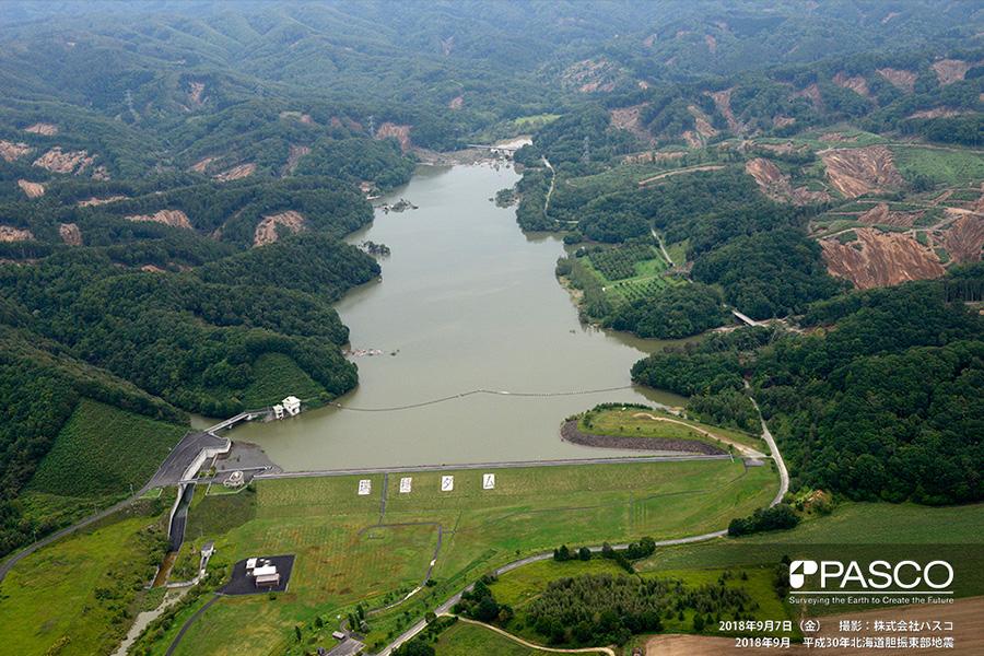 安平町早来瑞穂 瑞穂ダムの上流側の山腹には一面に崩壊が発生している