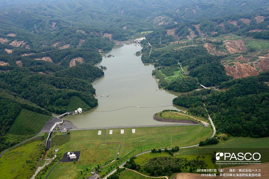 安平町早来瑞穂 瑞穂ダム上流側の山腹には一面に崩壊が発生している