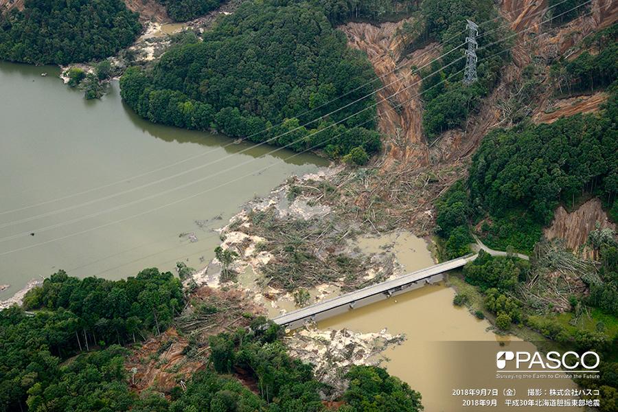 安平町早来瑞穂 瑞穂ダム貯水池の上流端にある橋梁付近の斜面で発生した崩壊。崩壊土砂は多くの流木を含み、その一部は対岸に達している