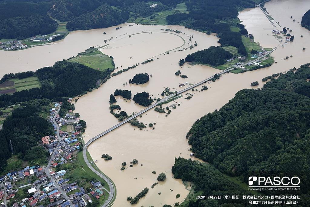 山形県新庄市大字本合海付近 写真左から右上に大きく蛇行しながら流下する最上川の氾濫