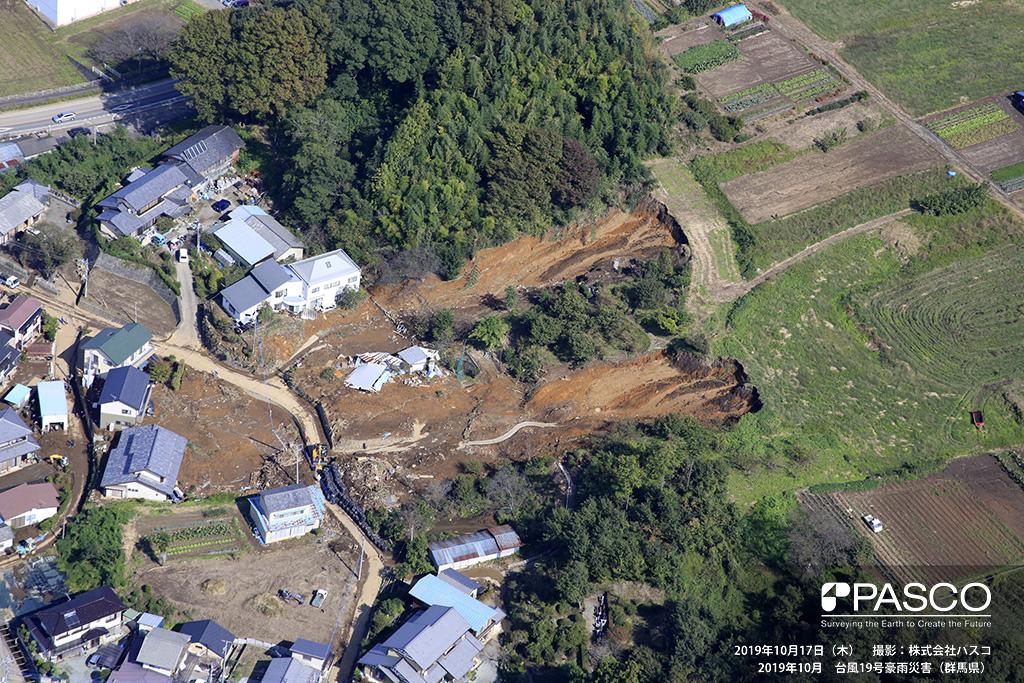 群馬県富岡市: 富岡市内匠地区で発生した斜面崩壊。 崩壊は2か所発生しており、斜面下部に存在する人家に被害を及ぼしている。