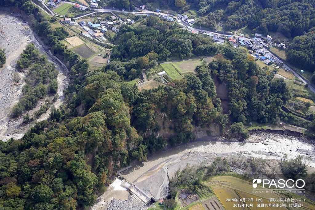 群馬県吾妻郡嬬恋村: 吾妻川右岸 嬬恋村大字袋倉付近で発生した河岸の斜面崩壊の状況。 一部、河岸も侵食され流出している。