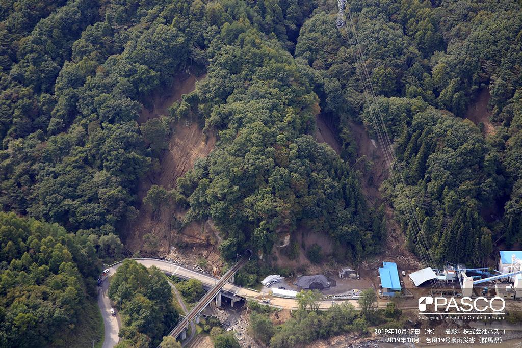群馬県吾妻郡嬬恋村: 吾妻川右岸小宿川合流付近で発生した斜面崩壊の状況。 写真中央は嬬恋村JR吾妻線 小宿トンネルとなっており、トンネルを挟み左右の斜面が崩壊している。