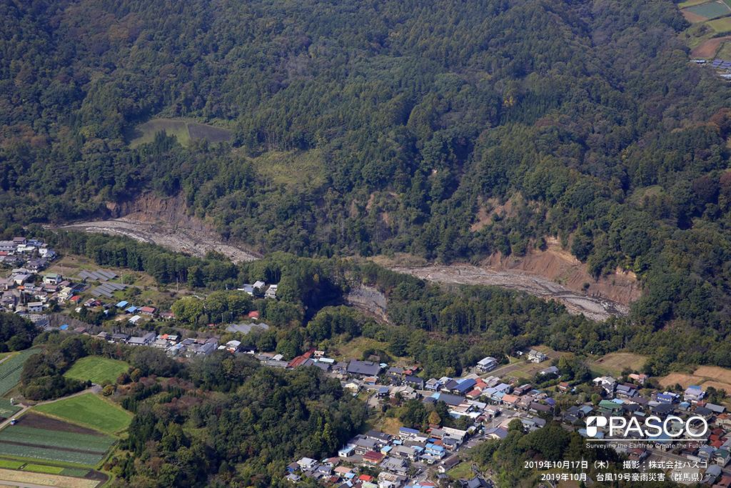 群馬県吾妻郡嬬恋村: 吾妻川左岸 嬬恋村大笹付近で発生した河岸の斜面崩壊の状況。写真の範囲で1km以上にわたり断続的に崩壊が見られる。吾妻川の河床には流木が認められる。