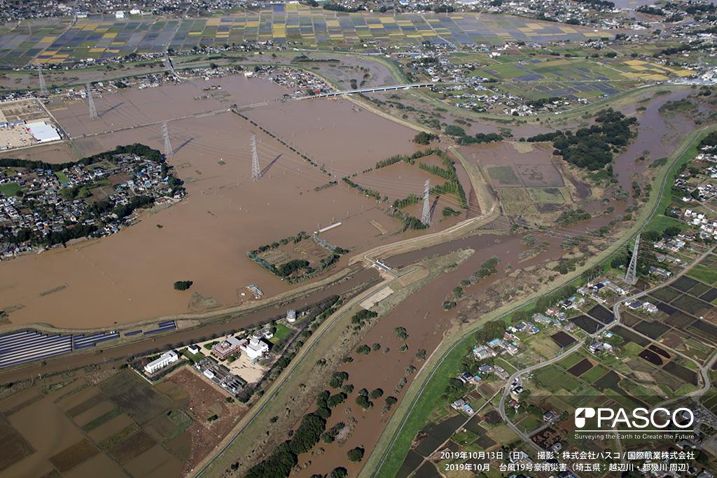 埼玉県東松山市: 都幾川と越辺川合流点付近の氾濫状況、合流点付近の決壊箇所から上流側が氾濫している。