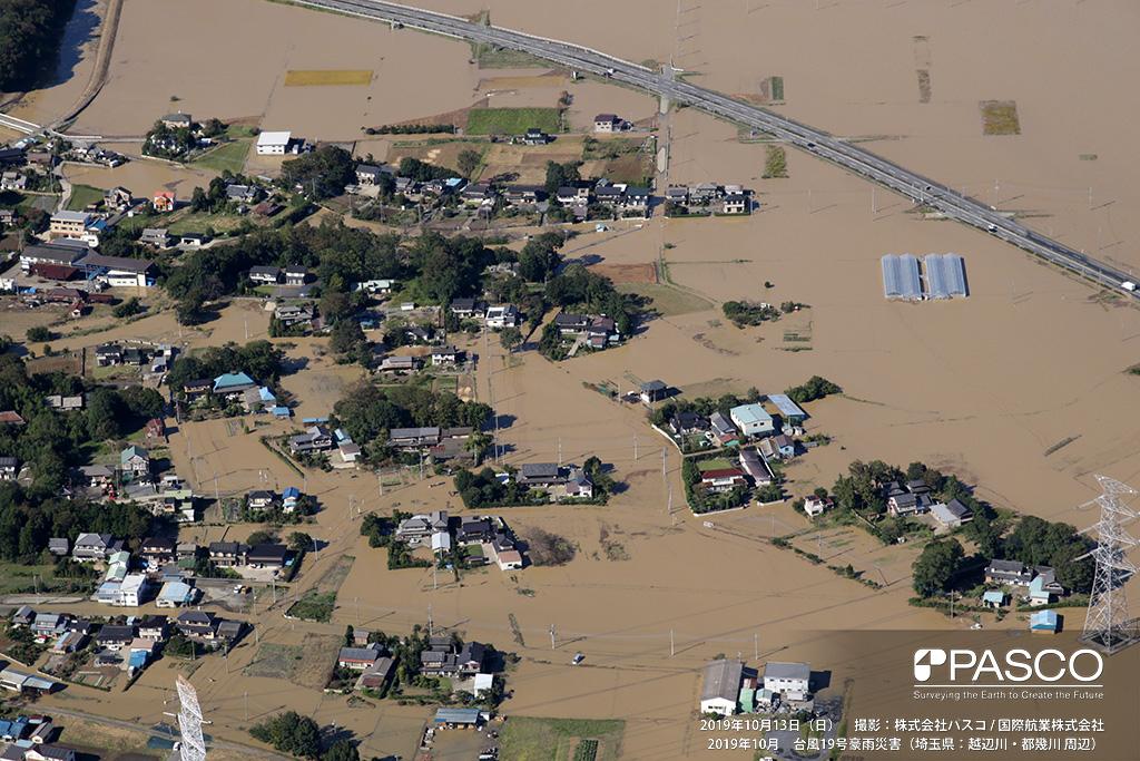 埼玉県比企郡川島町: 埼玉県比企郡川島町正直付近の住宅地の浸水状況、道路も冠水し住宅は孤立化している。