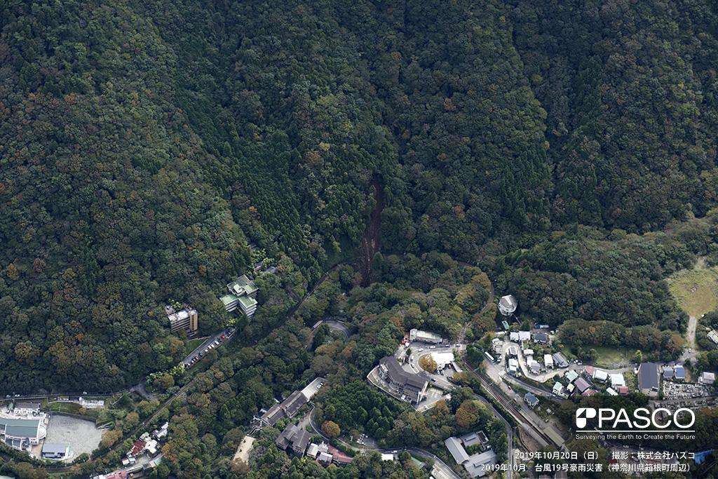 神奈川県箱根町: 箱根町消防署向かいの斜面で発生した崩壊地。 崩壊土砂は、下流へ流出し箱根登山鉄道に被害を与えている。