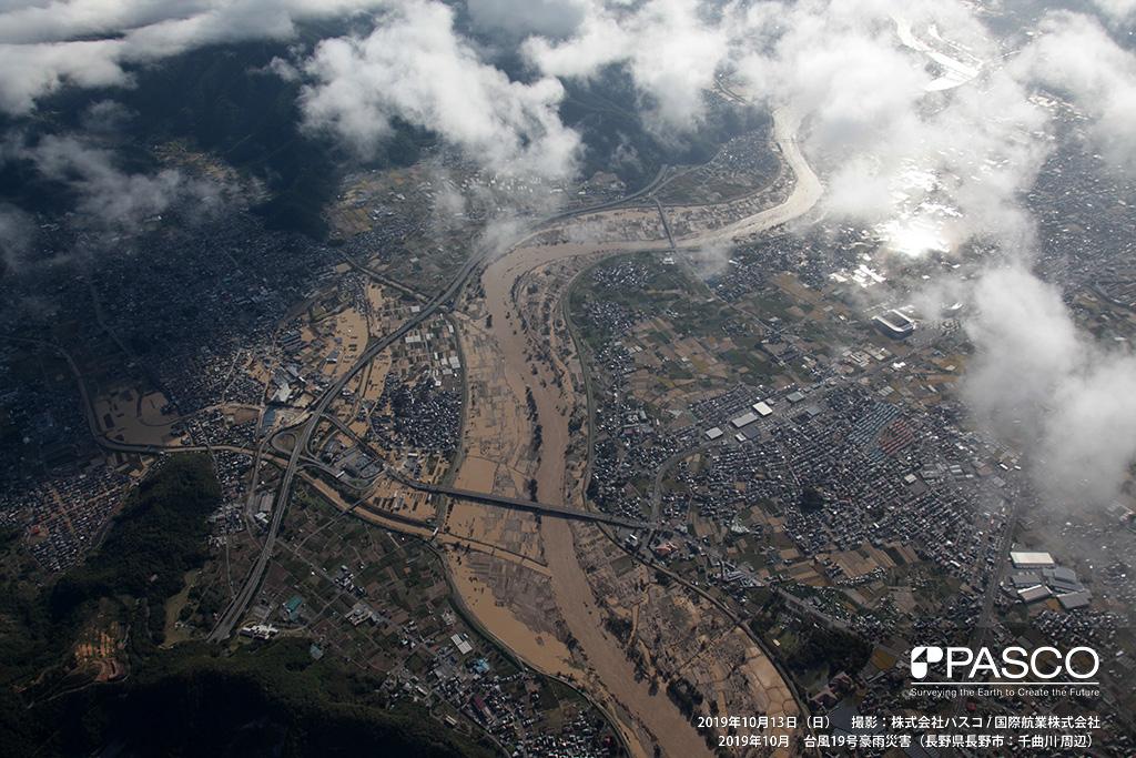 長野県長野市: 長野インターチェンジ付近の氾濫状況。