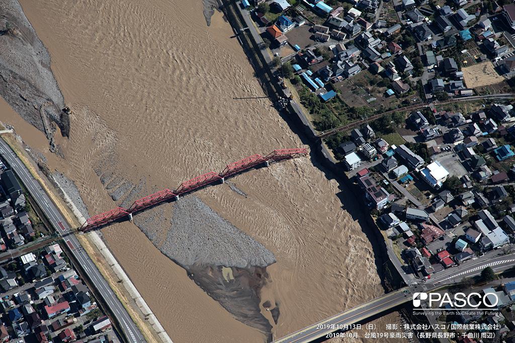 長野県上田市: 上田電鉄別所線の落橋箇所。千曲川に架かる鉄橋の左岸側の護岸が侵食し一部が落橋している。