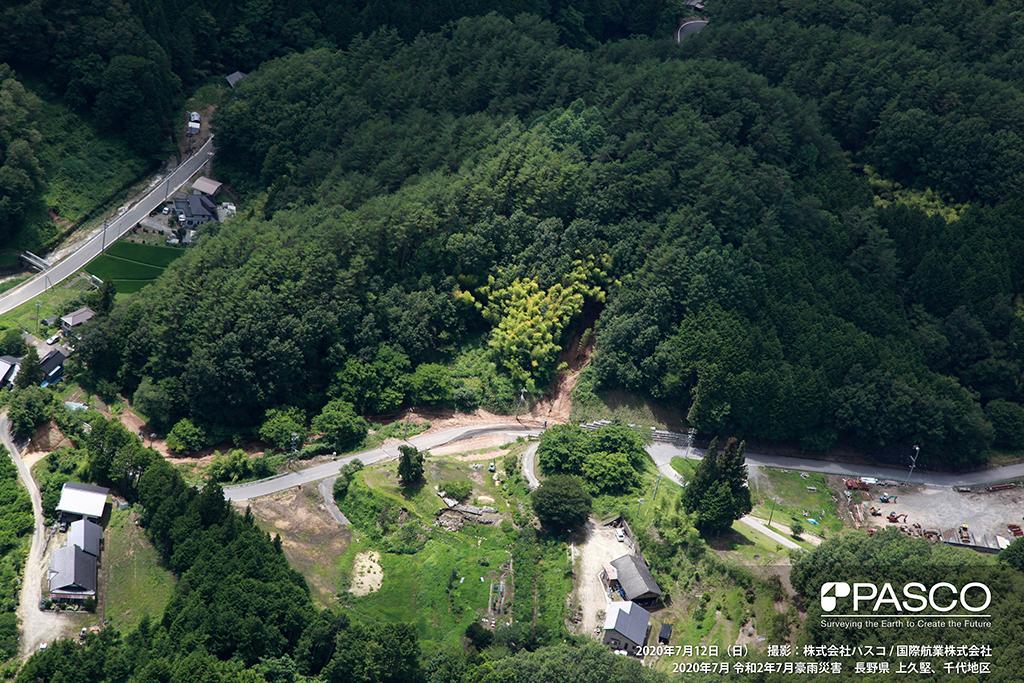 長野県飯田市千代付近:路法面からの土砂流出が認められる。道路上の土砂は撤去されている。