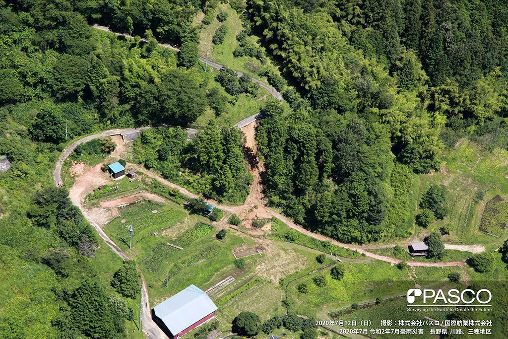 長野県下伊那郡下條村立石付近:複数箇所で路肩が崩壊し土砂が流出ている。
