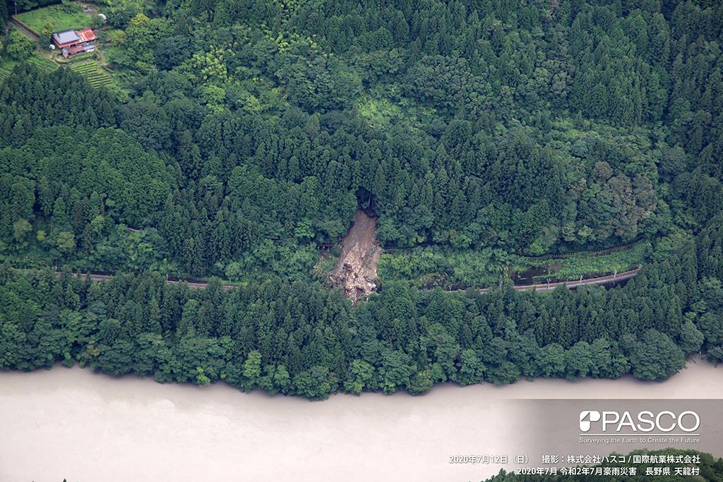 下伊那郡天龍村神原付近:斜面で崩壊が発生し、土砂がJR飯田線まで流下して堆積している。