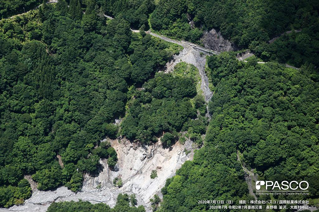 長野県下伊那郡大鹿村大河原付近:道路基礎部から河川まで大規模な崩壊が発生している。
