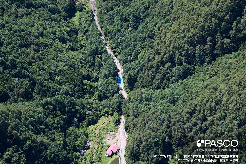 長野県木曽郡木曽町日義付近:道路の路肩が崩壊し、ビニールシートが掛けられ通行止めとなっている。