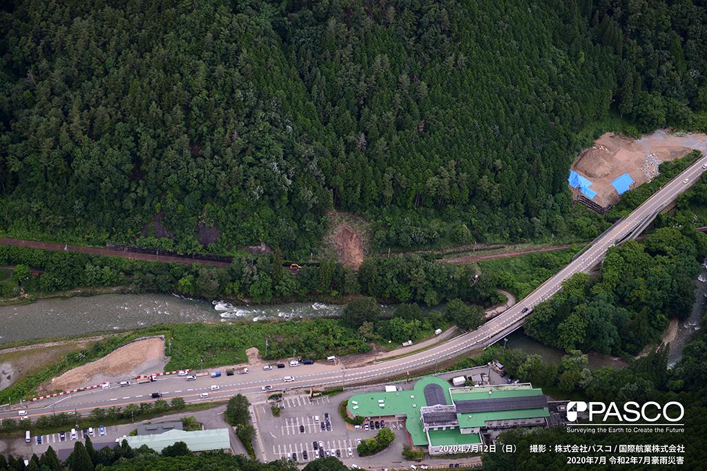 岐阜県高山市一之宮町一之宮下付近(国道41号線、JR高山本線):伐採地で崩壊した土砂が線路付近に堆積している。