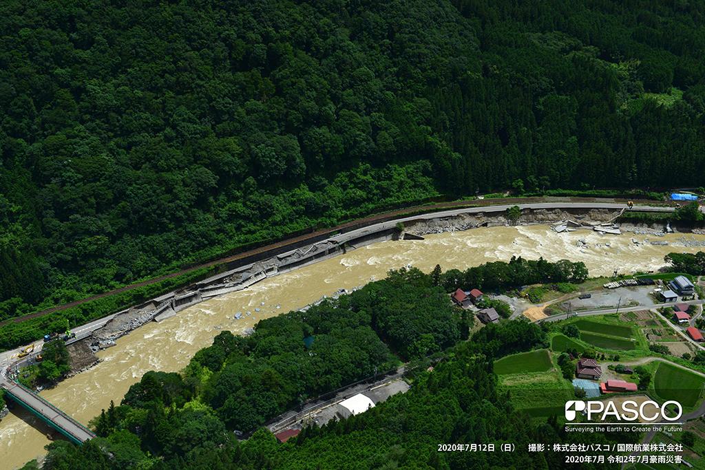 岐阜県下呂市小坂町門坂付近:飛騨川の護岸が崩壊し、その上を走る国道41号が侵食され大きく崩落している。