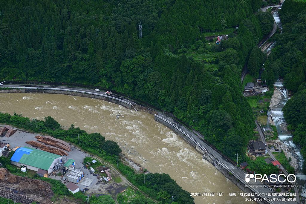岐阜県下呂市小坂町門坂付近:飛騨川の護岸が崩壊し、その上を走る道路(旧国道41号)が侵食され一部崩壊している。