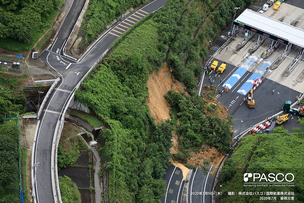 京都府京都市西京区大枝沓掛町付近:京都縦貫自動車道(沓掛インターチェンジ)料金所の近くで斜面崩壊が発生し、崩落した土砂が道路を覆っている。