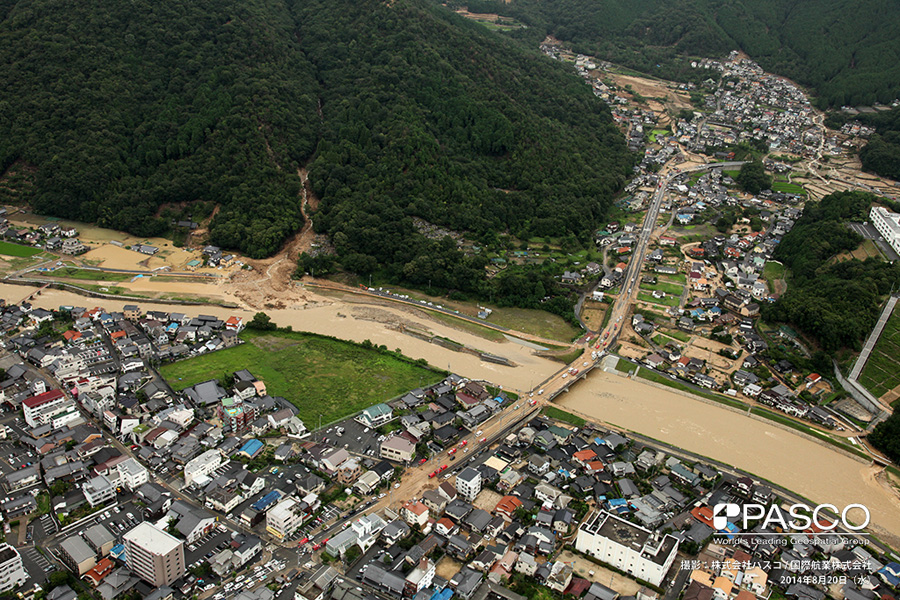 広島県広島市安佐北区可部町大字三入南地区 可部町3丁目付近における根谷川の氾濫と、左岸側で発生した土石流の状況。