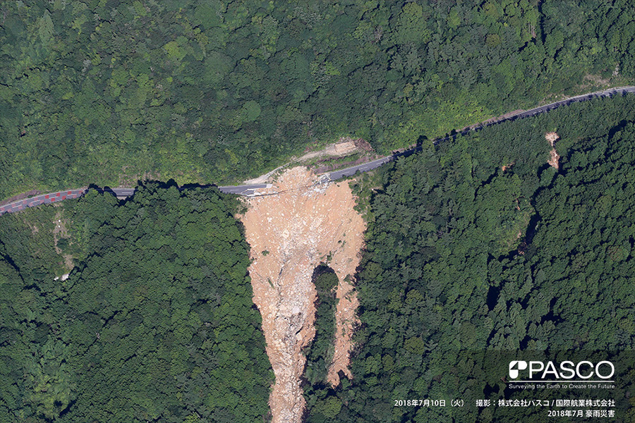 広島県呉市広町 道路の路盤が周辺の斜面ごと崩壊