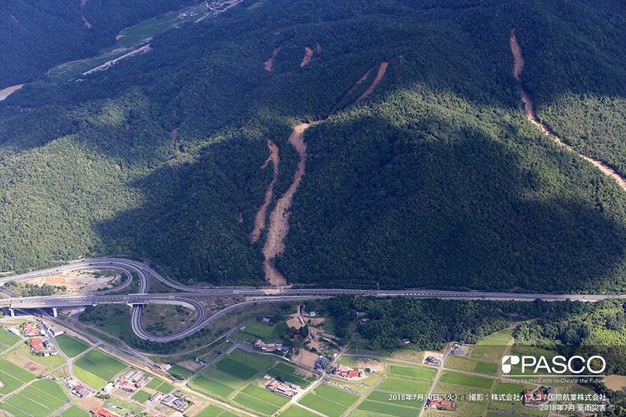 広島県東広島市西条町福本 斜面崩壊により土石流が発生し、一部土砂が東広島・呉自動車道に流入