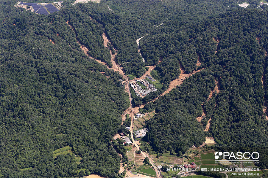 広島県東広島市西条町郷曽 複数箇所で斜面崩壊が発生し、土砂が道路沿いに堆積