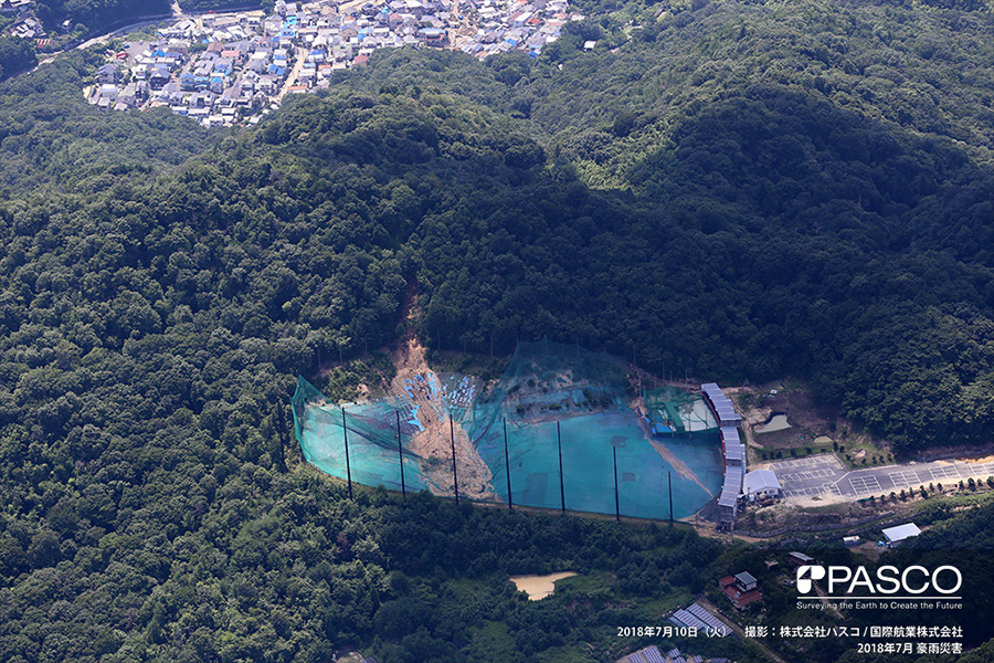 広島県安芸郡熊野町平谷 斜面崩壊により土砂がゴルフ練習場に堆積