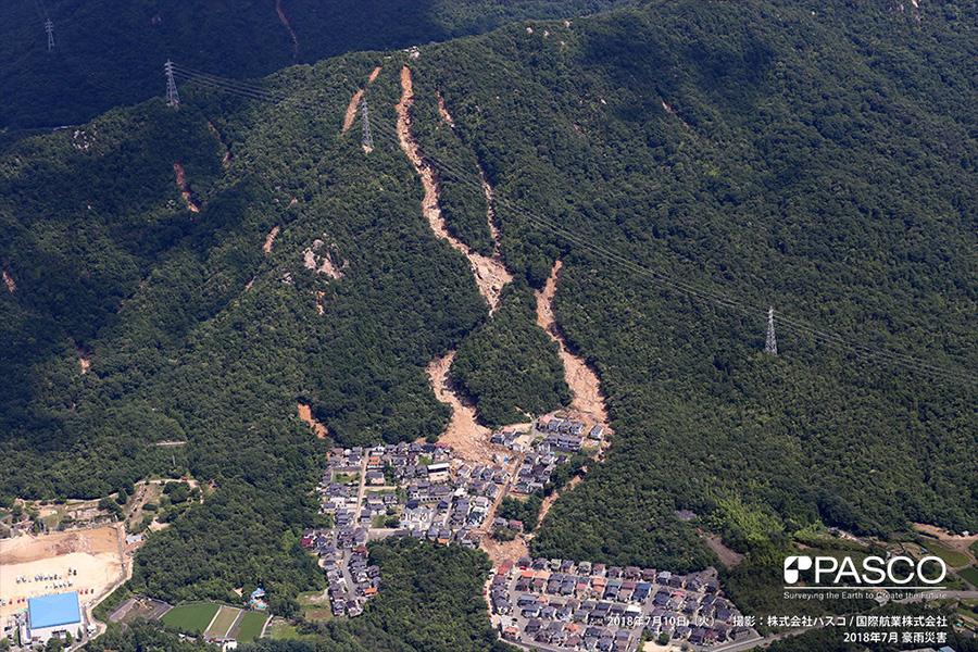 広島県安芸郡熊野町川角 斜面崩壊により発生した土石流で複数の住宅が倒壊
