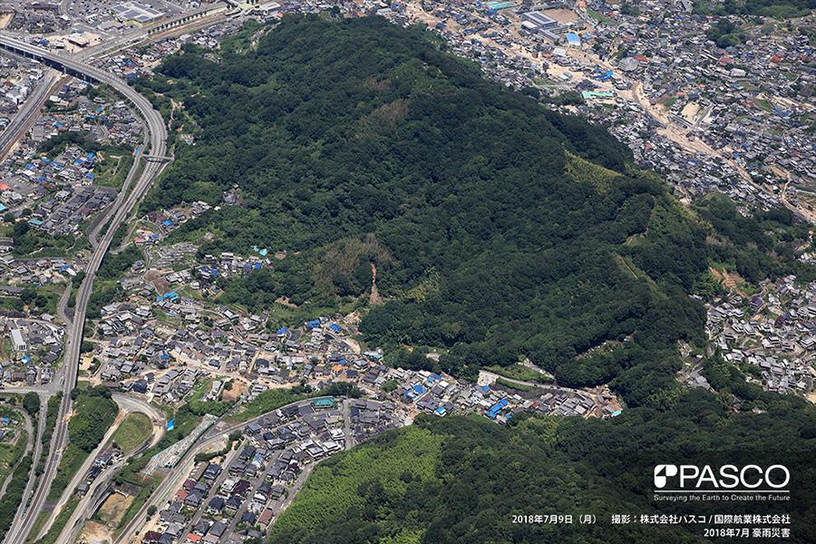 広島県安芸郡坂町植田 斜面頂部で斜面崩壊が発生し、住宅地内を流下した土砂