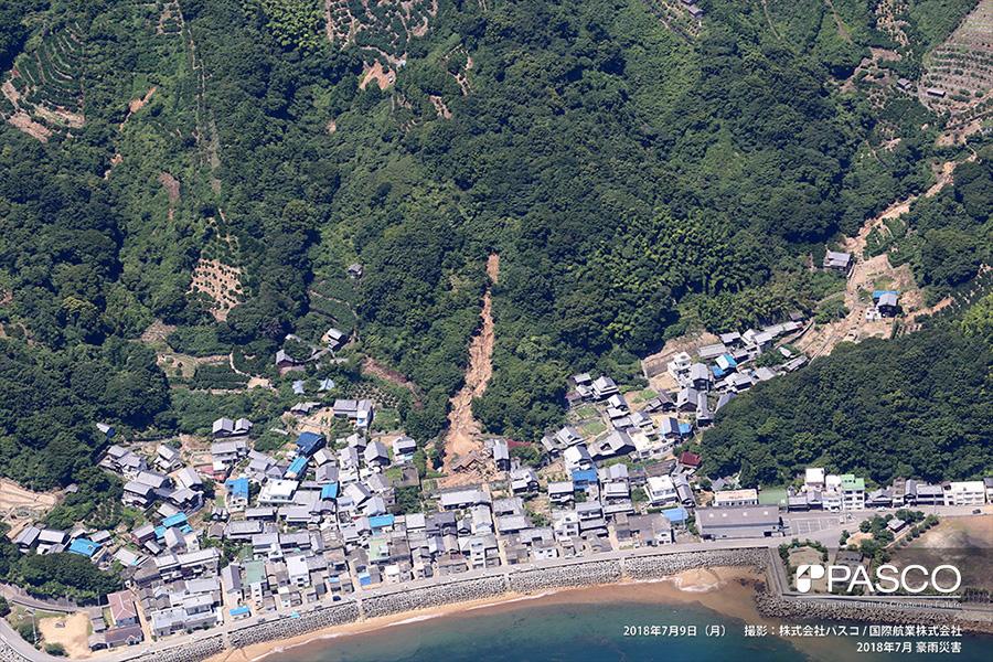 愛媛県松山市上怒和 住宅の背後で斜面崩壊が発生し、流下した土砂で住宅が倒壊
