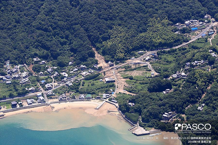 愛媛県今治市吉海町田浦 集落背後で土石流が発生し、土砂が海岸まで到達