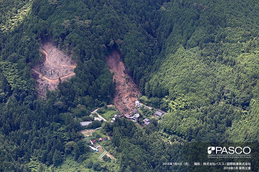 愛媛県大洲市北裏 住宅の背後で斜面崩壊が発生し、住宅が倒壊