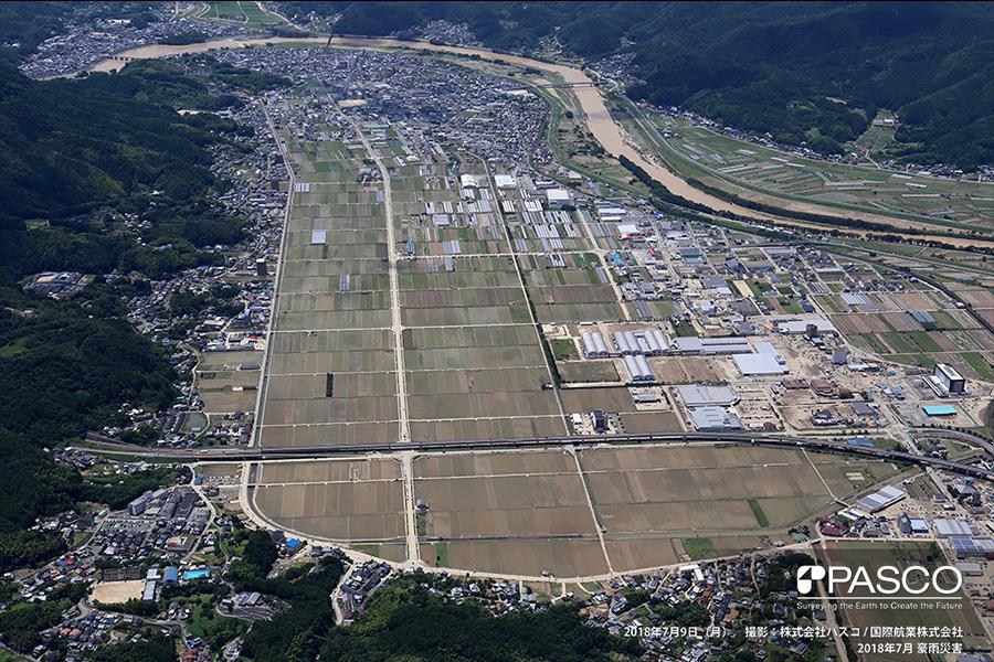 愛媛県大洲市東大洲 肱川が氾濫し一面が浸水。水は引いているものの、道路や駐車場が泥で被覆
