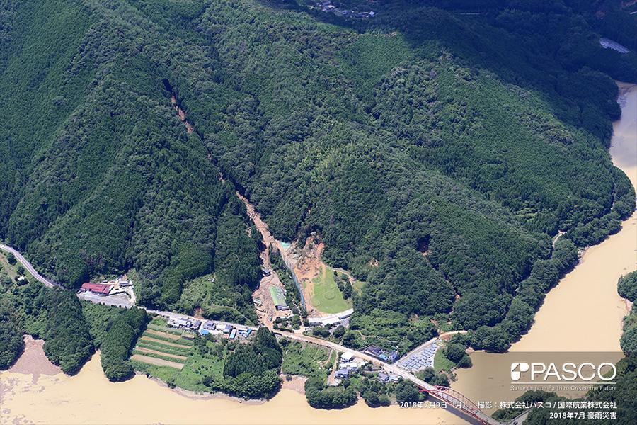 愛媛県西予市野村町河西 斜面頂部で崩壊が発生し、土砂が野村ダム貯水池に到達。