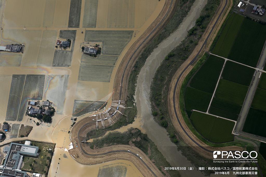 佐賀県杵島郡大町町下潟: 六角川左岸の大町町下潟の浸水箇所 六角川、水田に油膜が確認できる