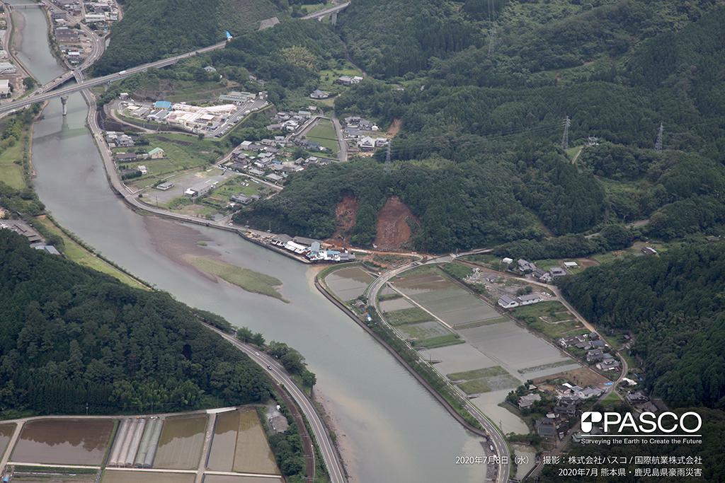 熊本県葦北郡芦北町大字湯浦付近:斜面崩壊により県道56号に土砂が流入している。撮影時点では復旧作業が行われている。