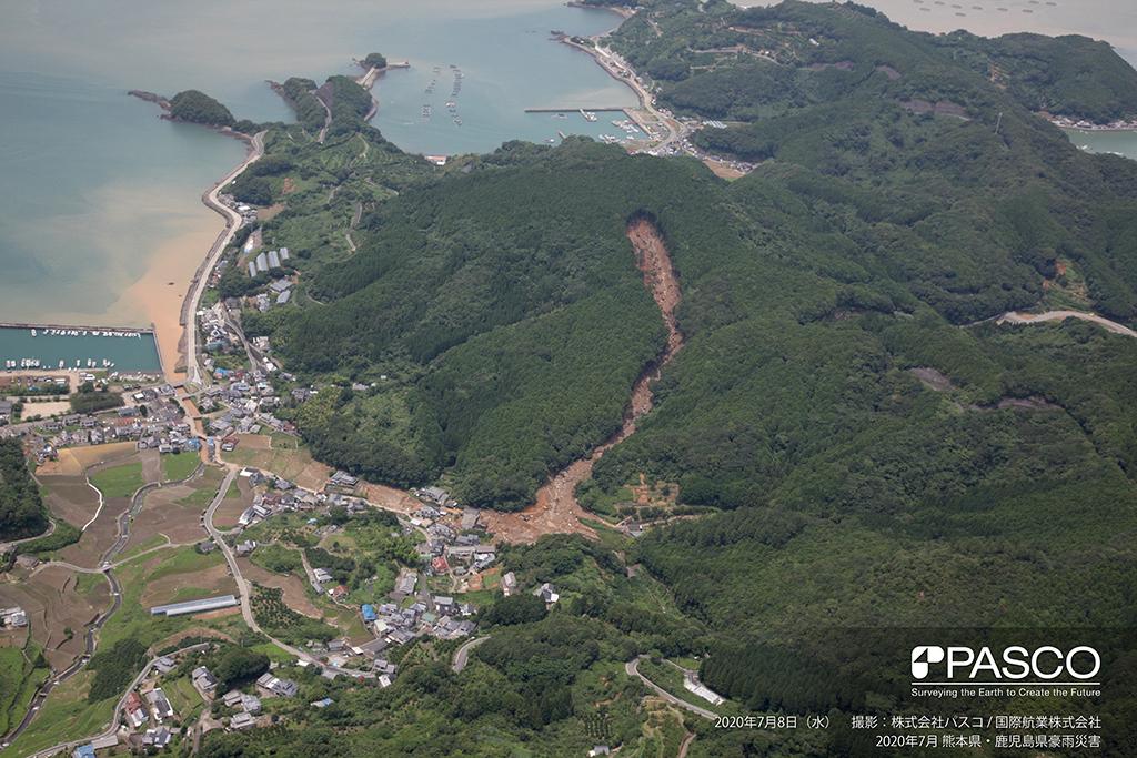 熊本県葦北郡津奈木町大字福浜付近:土石流が発生し、土砂が耕作地と住宅地に流入している。