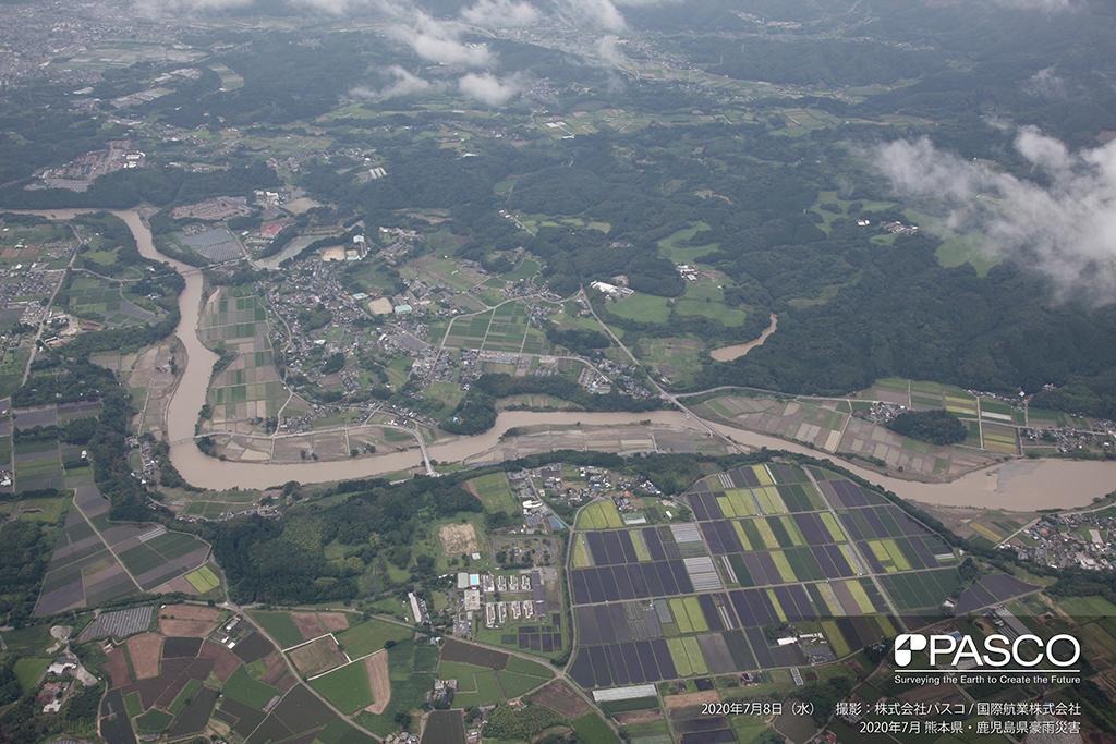 熊本県球磨郡相良村大字深水付近:川辺川の低地に氾濫の痕跡がみられる。