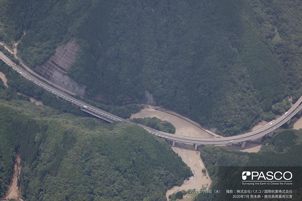 熊本県球磨郡山江村大字万江付近:堰堤上流の万江川と宇那川の合流点。県道(17号)に浸水した痕跡がみられる。
